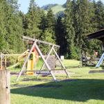 Schaukeln auf dem angrenzenden Spielplatz des Campinos